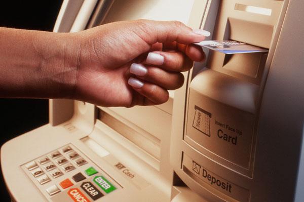 671525-Caixa-eletrônico-distribui-dinheiro-involuntariamente-no-Reino-Unido1